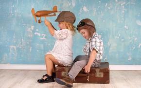 Обои friends, друзья, suitcase, boy, helmet, cap, plane, children, девочка, мальчик, кепка, toy, girl, чемодан, шлем, ...