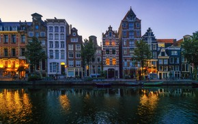 Картинка деревья, закат, огни, река, дома, лодки, вечер, Амстердам, фонари, Нидерланды, велосипеды