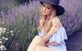Обои модель, сидит, шляпка, девушка, макияж, лаванда, рука, блондинка, маникюр, поза, цветы