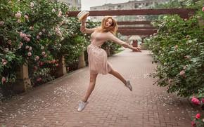 Обои девушка, цветы, настроение, прыжок, розы, танец, шляпа, рыжая, рыжеволосая, кусты, Георгий Дьяков, Кристина Кардава