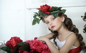 Обои девочка, взгляд, платье, цветы, ребенок