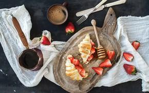 Картинка завтрак, клубника, мёд, круассаны, разделочная доска
