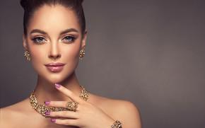 Картинка взгляд, девушка, модель, рука, макияж, прическа, браслет, украшение, жест, сережки, колье, маникюр, София Журавец