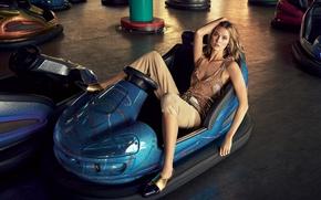 Картинка девушка, отдых, модель, майка, аттракцион, машинки, фотосессия, Karlie Kloss, Карли Клосс