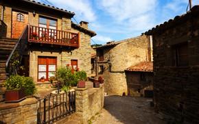 Обои балкон, небо, дом, улица, кирпич, деревянные окна, калитка, цветы