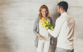 Картинка радость, цветы, подарок, женщина, букет, желтые, пара, тюльпаны, мужчина, 8 марта