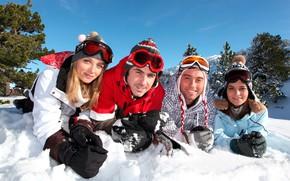 Картинка зима, небо, солнце, деревья, пейзаж, горы, природа, девушки, очки, четверо, перчатки, шапки, парни, лежат, на …