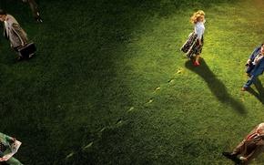 Обои трава, взгляд, свет, следы, люди, газон, юбка, актриса, прическа, туфли, блузка, Natalie Portman, Натали Портман, ...