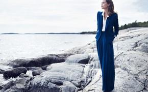 Картинка девушка, камни, побережье, костюм, брюки, Алисия Викандер, Alicia Vikander