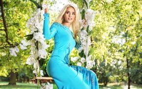 Картинка зелень, девушка, деревья, цветы, поза, качели, голубое, макияж, сад, фигура, платье, прическа, блондинка, красивая, боке