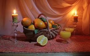 Картинка стол, огонь, корзина, апельсины, свечи, бокалы, сок, натюрморт, скатерть, тюль