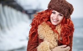 Обои перчатки, девушка, красивая, боке, макияж, мех, прическа, шапка, улыбка, фон, зима, рыжая, дублёнка, портрет