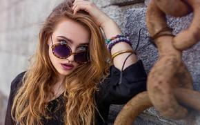 Картинка взгляд, поза, стена, портрет, макияж, очки, прическа, цепь, красотка, рыжеволосая, в черном, боке, Elizabeth, Kenji's …
