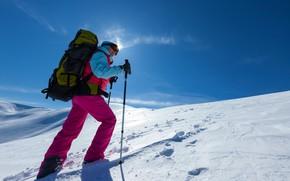 Картинка зима, небо, солнце, снег, горы, палки, очки, куртка, костюм, перчатки, мужчина, рюкзак, штаны, лыжные