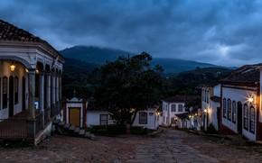 Картинка лес, облака, деревья, пейзаж, горы, огни, туман, улица, спуск, дома, вечер, фонари, Бразилия, Tiradentes