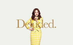Обои Julianne Moore, постер, поза, Kingsman: Золотое кольцо, Deluded, фон, улыбка, шатенка, жест, жёлтый, в клетку, ...