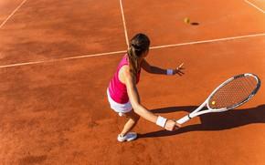 Картинка девушка, солнце, поза, шорты, мяч, футболка, ракетка, удар, шатенка, спортсменка, кроссовки, теннис, корт