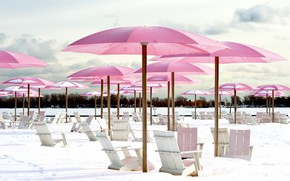 Картинка зима, пляж, снег, зонтик, кресло, шезлонг