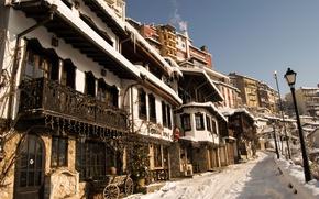 Картинка зима, небо, снег, город, улица, елка, дома, фонари, sky, winter, snow, street, houses, Болгария, town, …
