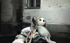 Обои город, сон, босая, кукла, окно, девушка