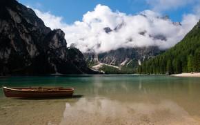 Картинка лес, солнце, облака, деревья, горы, озеро, скалы, лодка, Италия, Lake Braies
