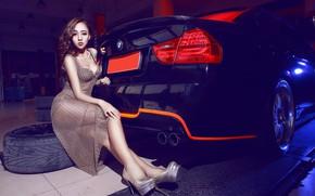 Картинка авто, взгляд, Девушки, BMW, азиатка, красивая девушка, сидит над машиной