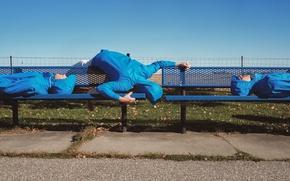 Картинка люди, скамейки, лежат, люди в синем