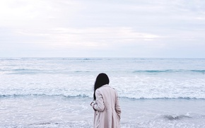 Обои плащ, девушка, волны, брюнетка, море