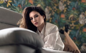 Картинка взгляд, лицо, диван, модель, Chiara