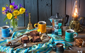 Обои васильки, маки, пирожное, натюрморт, лампа, кофе, ложки, брауни, кружки, букет, сливки, кофейник, цветы