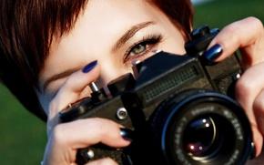 Обои взгляд, размытость, Зенит, фотоаппарат, объектив, рыжеволосая, фотик, фотографирует, camera, зеленые глаза, hi-tech, Zenit, боке, крупным ...