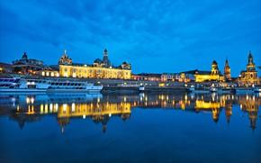 Картинка отражение, река, здания, Германия, Дрезден, причал, церковь, ночной город, набережная, Germany, Dresden, теплоход, Саксония, Saxony, …
