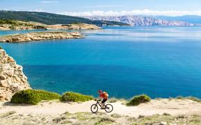Обои велосипед, горы, остров, Хорватия, шлем, спорт, рюкзак, берег, залив, футболка, шорты, солнце, велосипедист, перчатки, отдых, ...