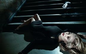 Картинка поза, макияж, платье, прическа, блондинка, лестница, ступени, лежит, красотка, на полу, в черном, Elizabeth Olsen, …