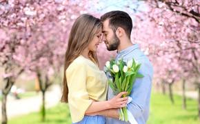 Обои цветы, влюблённые, парк, букет, парень, деревья, тюльпаны, боке, пара, девушка, цветение, весна