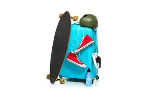 Обои кеды, доска, шлем, наушники, чемодан, белый фон, термос, скейт, скейтборд