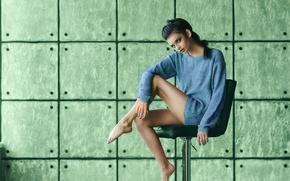 Картинка поза, фон, ноги, модель, стул, свитер