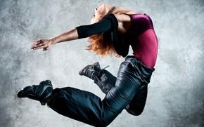 Картинка девушка, поза, фон, прыжок, танец, майка, рыжая, кофта, кроссовки, штаны, гибкая