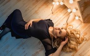 Картинка девушка, поза, волосы, лампочки, на полу, чёрное платье, Георгий Дьяков