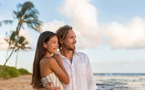 Картинка песок, море, пляж, небо, девушка, облака, пальмы, берег, горизонт, пара, парень, двое, влюблённые, боке
