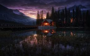 Обои Йохо национальный парк, Канада, Emerald Lake, домик, озеро, вечер, огни, деревья, Канадские Скалистые горы, Изумрудное ...