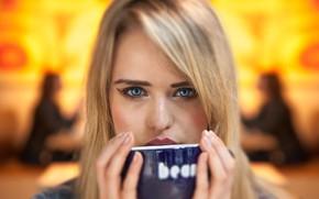Обои взгляд, девушка, лицо, портрет, руки, блондинка, кружка