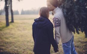Обои куртка, парень, влюбленные, пара, елка, спина, девушка, поцелуй, чувства