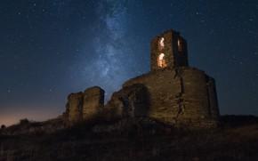 Картинка небо, звезды, свет, ночь, темнота, замок, романтика, окна, башня, холм, руины, кирпичи, арки, млечный путь, …