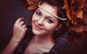 Картинка осень, листья, девушка, украшения, лицо, улыбка, ожерелье, брюнетка, жемчуг, косички, клён, венок, серёжки