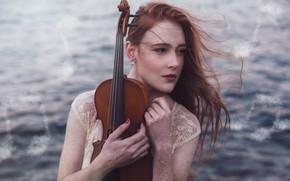Картинка море, взгляд, девушка, лицо, ноты, музыка, ветер, скрипка, волосы, портрет, руки, рыжая, конопатая