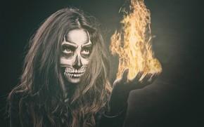 Обои огонь, глаза, череп, девушка, макияж, волосы, лицо, рука, маникюр, скелет, стиль, пламя