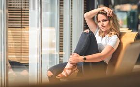 Картинка взгляд, поза, окна, стулья, джинсы, макияж, футболка, прическа, блондинка, сидит, боке, рваные, сабо, Frédéric GUIRADO