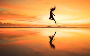 Картинка девушка, закат, прыжок, горизонт, Over the horizon