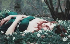 Картинка трава, девушка, цветы, платье, лежит, рыжая, зеленое